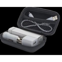 SET DE VIAJE QUE INCLUYE CARGADOR USB (PARA CONECTAR EN EL COCHE), ENCHUFE DE CORRIENTE (USB) Y UN CARGADOR PORTATIL DE 2000 MAH.